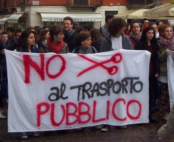 Studenti e autisti in piazza contro i tagli al trasporto pubblico locale. Tutte le immagini