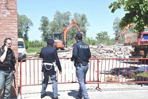 Demoliti i fabbricati abusivi di strada Peschiera