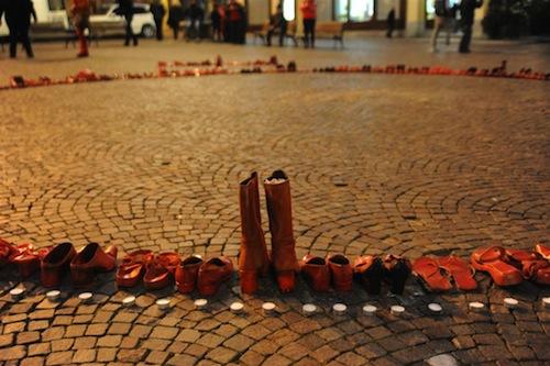 25 novembre. Piazza San Secondo si tinge di rosso per dire no alla violenza sulle donne