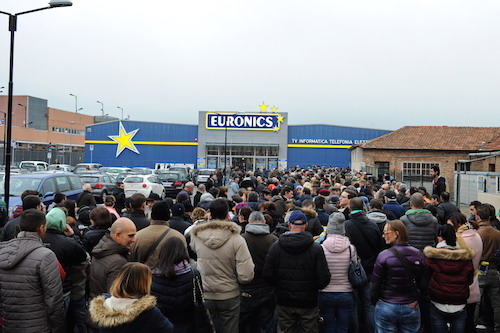 Folla e traffico in tilt per l'inaugurazione di Euronics