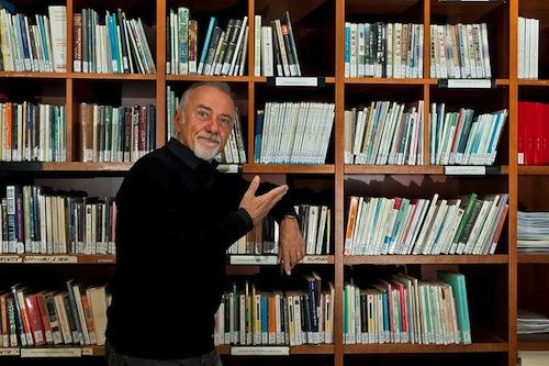 L'associazione 50&Più dona due scaffali alla Biblioteca Astense