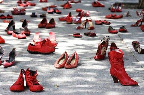 25 novembre, piazza San Secondo vestita di rosso contro la violenza sulle donne