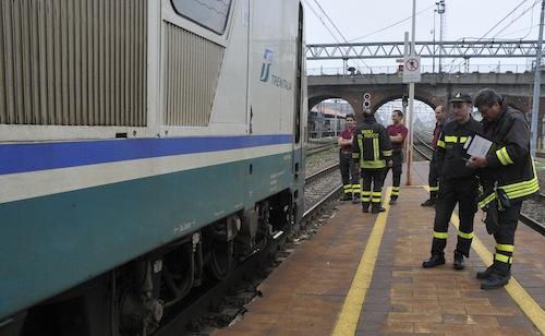 Ad Asti donna blocca un treno: paura e caos sui binari