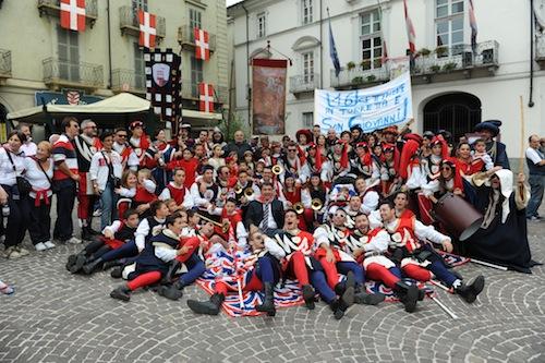 Palio. La Torretta festeggia per le strade di Asti: la fotogallery