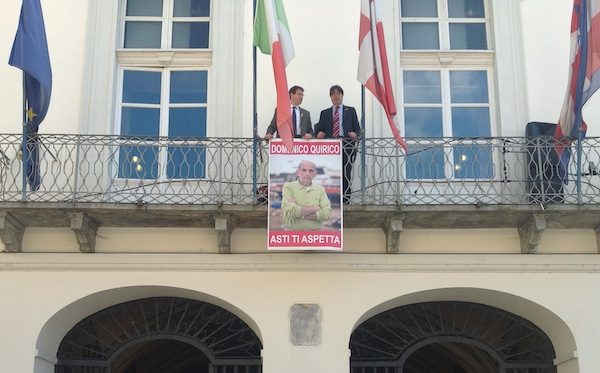 """""""Asti ti aspetta"""": sul balcone del Municipio la foto di Domenico Quirico"""