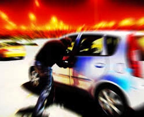 Fingono di aiutarlo e gli rubano l'auto: curioso furto ad Asti