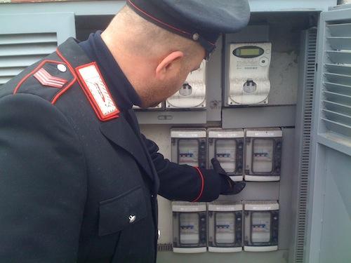 Lui in cassa integrazione e lei disoccupata rubano energia elettrica ai vicini per risparmiare qualche euro