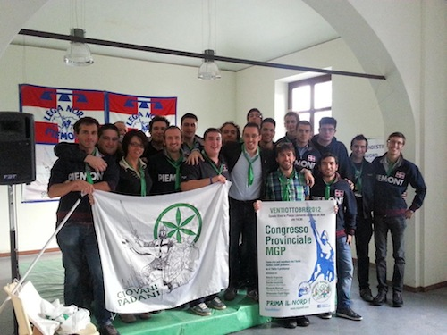 I Giovani Padani distribuiscono volantini davanti alle scuole contro il valore legale del titolo di studio