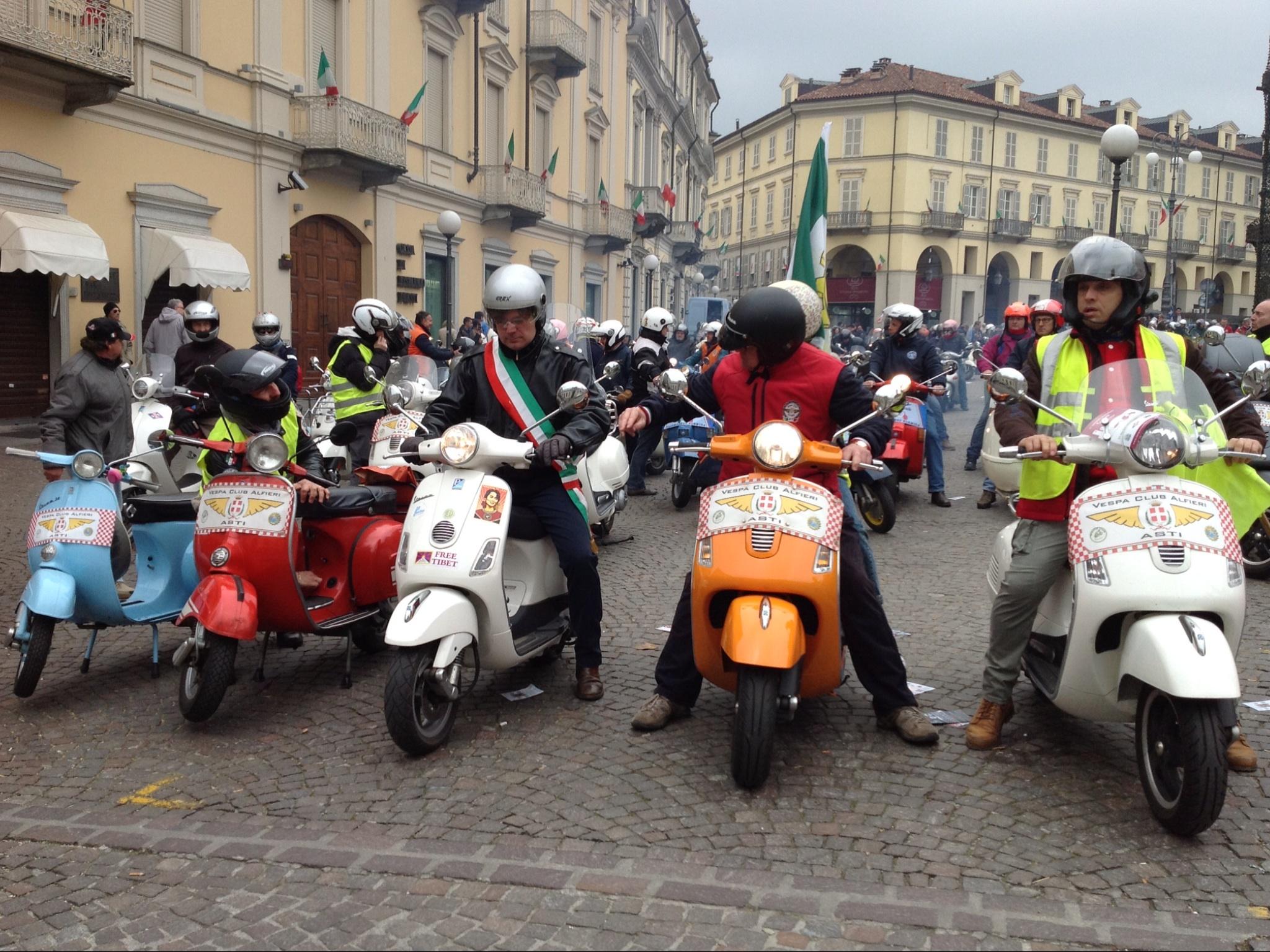 In Vespa anche da Bruxelles, per sfilare tra le vie di Asti