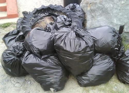 Rom denunciate per aver dato fuoco a un cumulo di rifiuti
