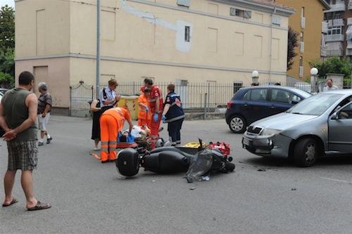 Auto contro scooter in corso Alba