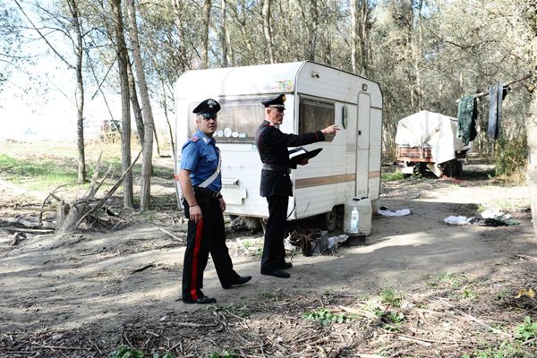 Volontari della protezione civile ripuliscono l'Isolone