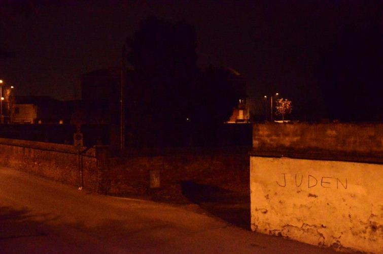 Giorno della memoria. Scritta antisemita sul muro del cimitero ebraico di Asti