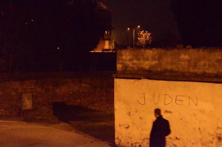 Cancellata la scritta antisemita comparsa sul muro del cimitero ebraico di Asti