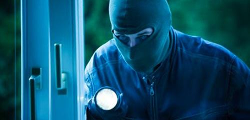 Anziano scopre ladro in casa e il furto si trasforma in rapina