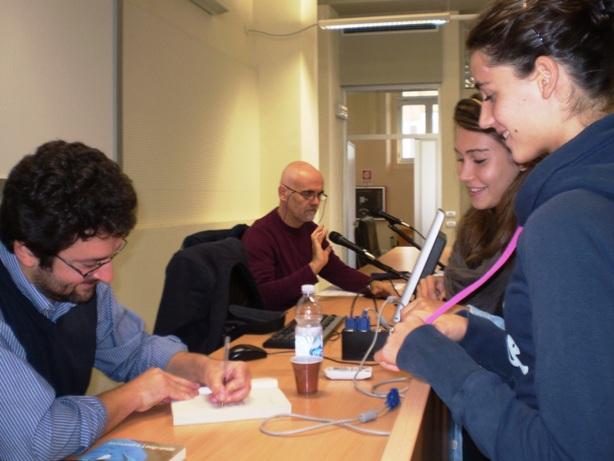 Alessandro Leogrande autografa i libri per due studentesse del Monti;