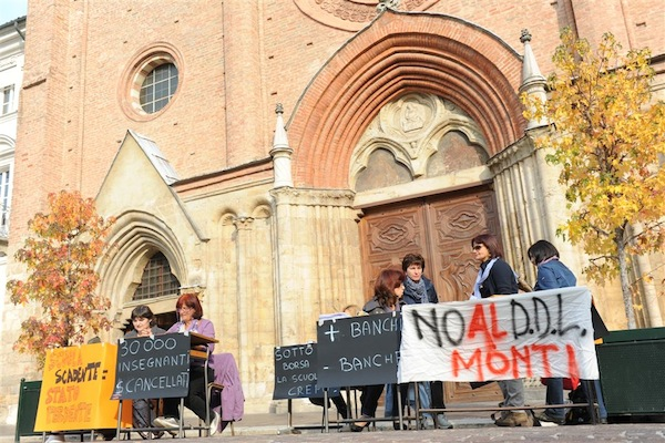 Le immagini della singolare manifestazione degli insegnanti ad Asti