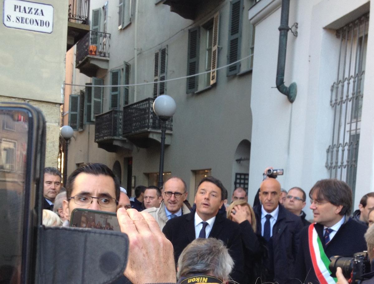 """Improvvisata del premier Renzi ad Asti. """"Bisogna tornare a investire sulle scuole"""""""