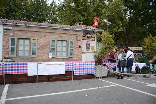 Volontari puliscono Mongardino