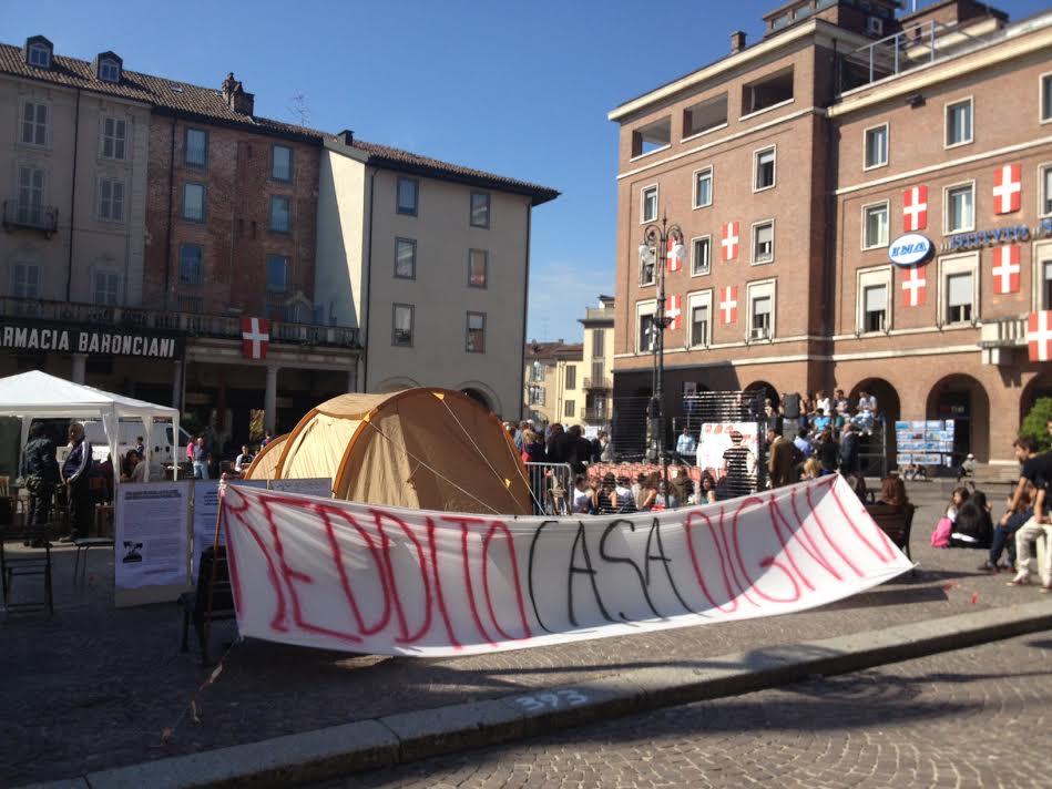 Piazza San Secondo si sdoppia e ospita la consulta studentesca e il picchetto per il diritto all'abitare