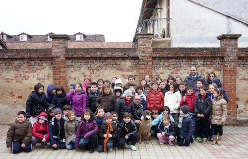 Gli studenti delle elementari di Portacomaro a lezione dalla finanza di Asti