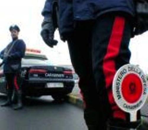 Tenta di saltare un posto di blocco dei carabinieri: sull'auto trovata una pistola con munizioni