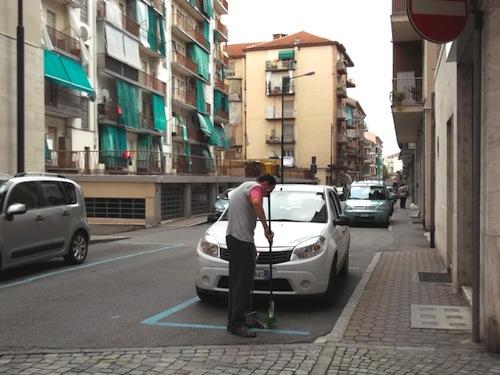 """Cittadino ecologico pulisce """"per passione"""" via Omedè"""