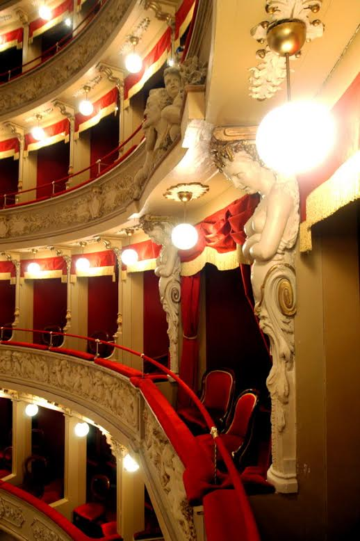 I putti del Teatro Alfieri si rifanno il trucco