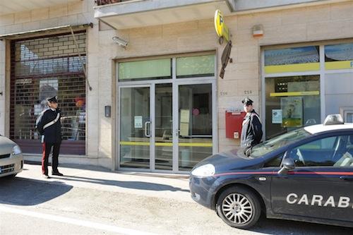 Getta alcol sul bancone e arraffa 200 euro: insolita rapina alle Poste di Isola d'Asti