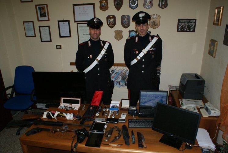 Topi d'alloggio si spianano la fuga con un revolver: arrestati dai carabinieri per tentato omicidio