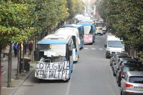 Tagli al trasporto pubblico locale: corriere di nuovo in piazza