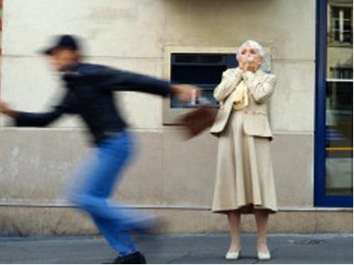 Tentato scippo in piazza Catena: preso uno dei due borseggiatori