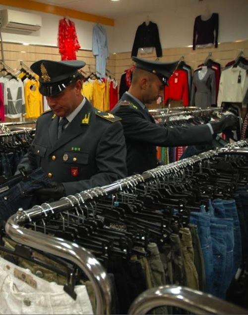 La finanza suquestra abiti contraffatti in un negozio di Asti