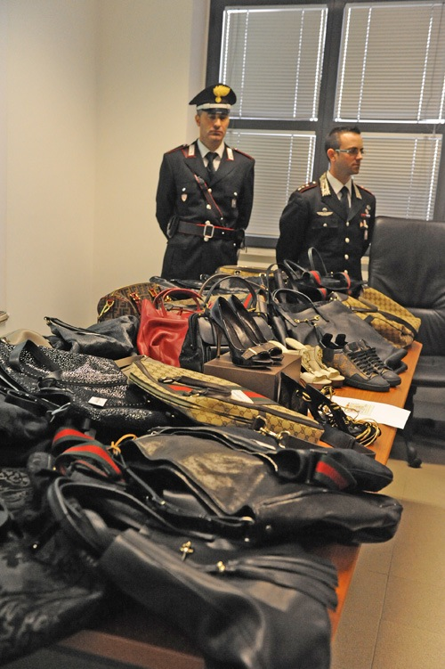 """I carabinieri sequestrano borse e scarpe per 50 mila euro: nuovo """"smacco"""" alla banda delle spaccate"""