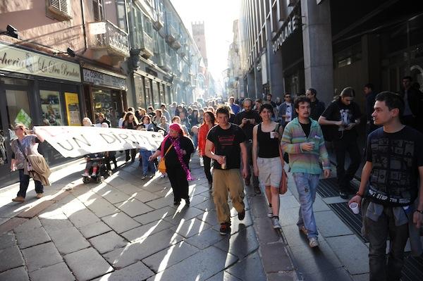 Una Street Parade per festeggiare i 3 anni dell'occupazione di via Allende