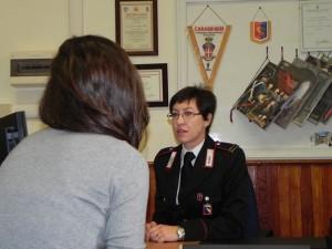 Vuole i soldi per giocare alle slot machine e picchia la moglie: astigiano denunciato dai carabinieri