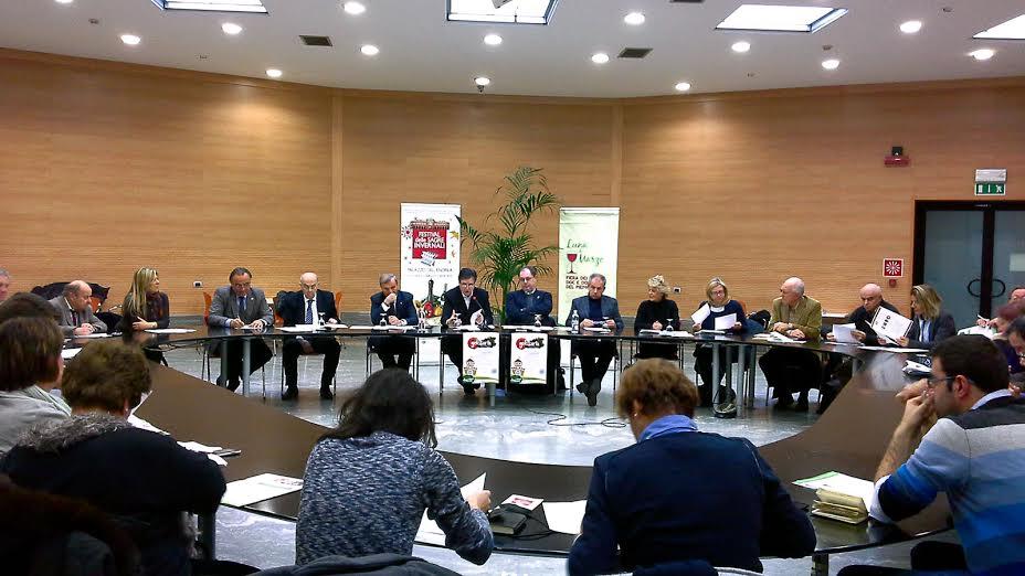Nella foto, al centro, il presidente della Camera di Commercio, Mario Sacco, ed il giornalista Paolo Massobrio, ideatore di Golosaria.