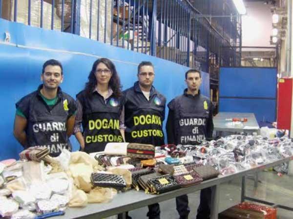 La finanza di Asti e l'Agenzia delle Dogane sequestrano materiale cinese. Beni non dichiarati per 21 milioni di euro