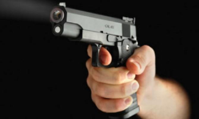 Armati di pistola e manganelli fanno irruzione in un bar