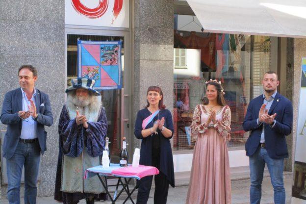 Inaugurate le vetrine rosa-azzurre a Santa Maria Nuova