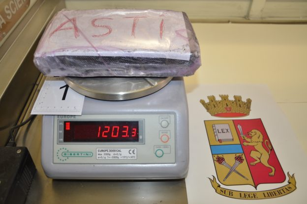 Cocaina nel cruscotto dell'auto: due arresti