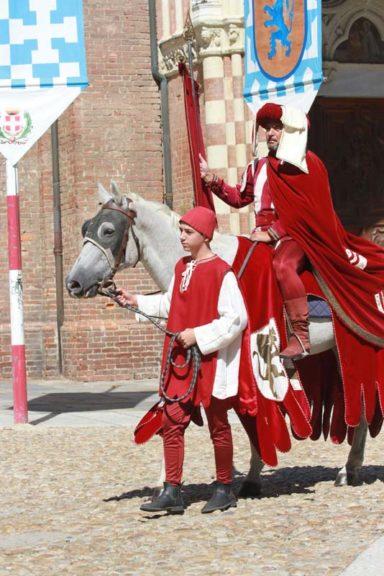 Un viaggio nel Medioevo con la sfilata di Rioni, Borghi e Comuni
