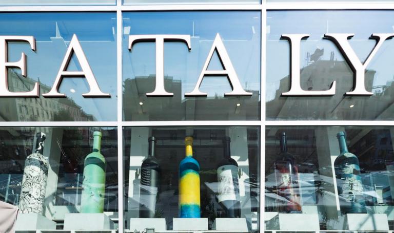 """Le """"Bottiglie d'artista"""" delle Creative approdano a Milano"""