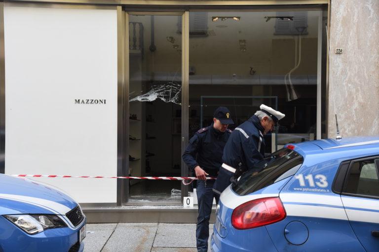 Spaccata in corso Alfieri: due banditi fuggiti a piedi e uno in auto