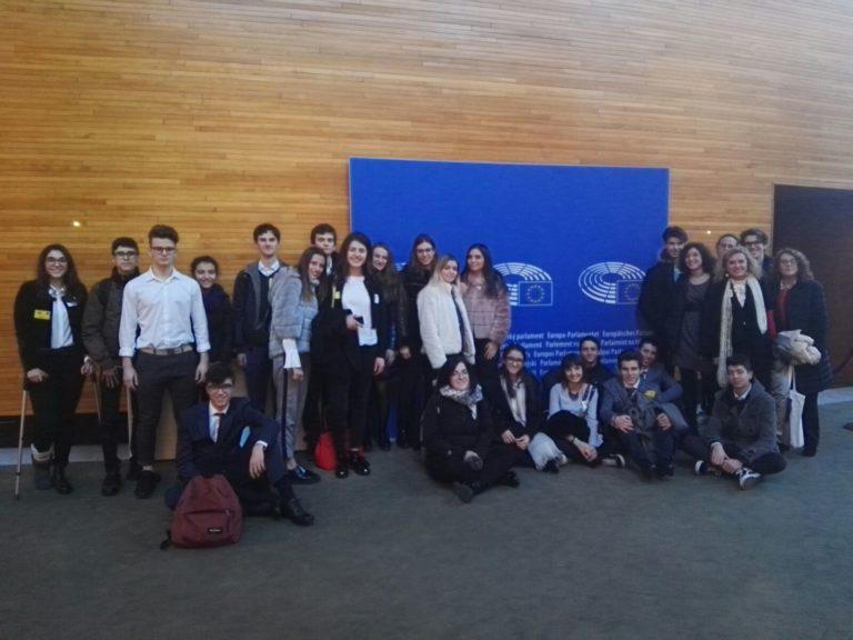 """Una giornata di """"lavoro"""" da Parlamentare Europeo per 24 studenti del Vercelli"""
