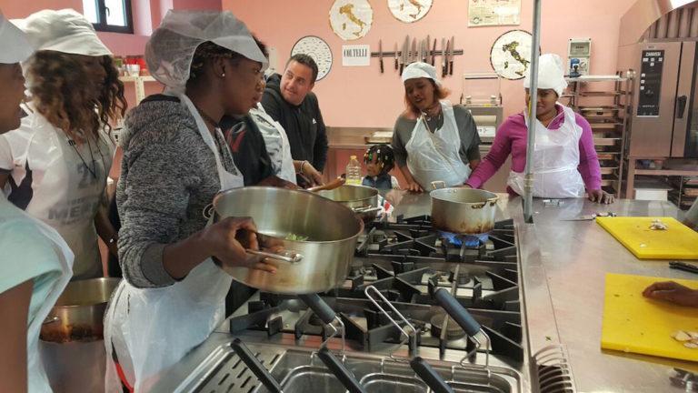 Una scuola di cucina per richiedenti asilo