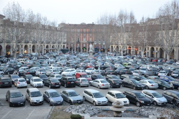 Nel centro di Asti parcheggio gratuito per sostenere il piccolo commercio