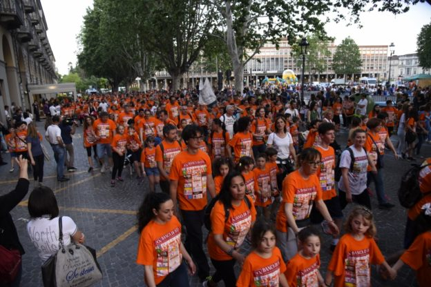 I podisti in maglia arancione invadono la città per la StraAsti : la fotogallery