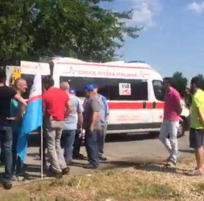 Sciopero davanti alla Dierre di Villanova: operaio urtato da un'auto durante il picchetto
