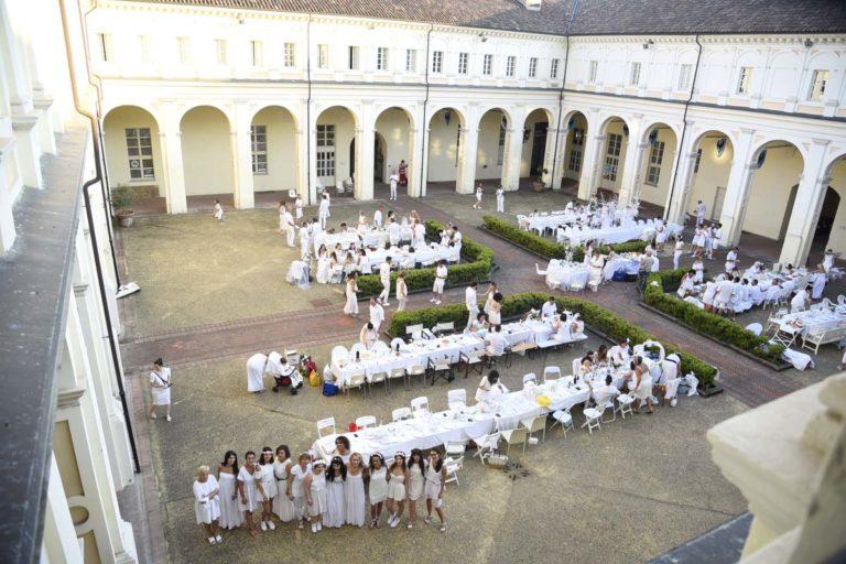 Ad Asti la cena in bianco: gli scatti dal cortile del Michelerio